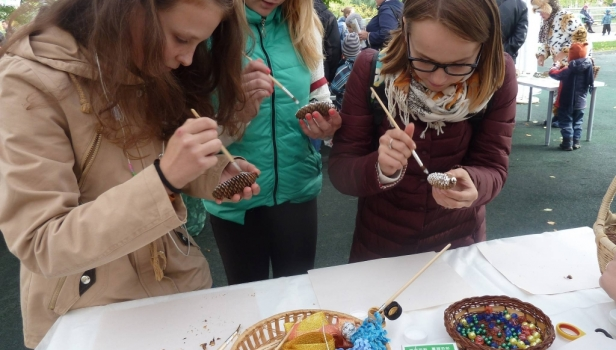 Вместе с детьми мы делали сувенирную ёлочную игрушку из еловой шишки, блестящей тесьмы и бусин.